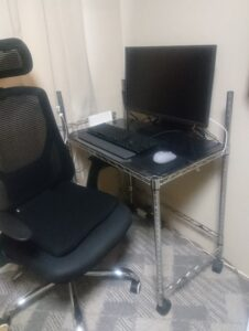 スチールラックのパソコンデスク