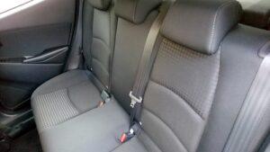 デミオの後部座席のシートベルト